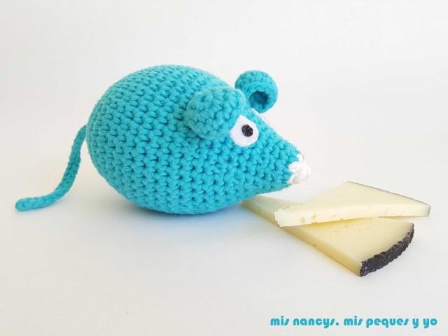 mis nancys, mis peques y yo, ratón amigurumi azul olfateando el queso