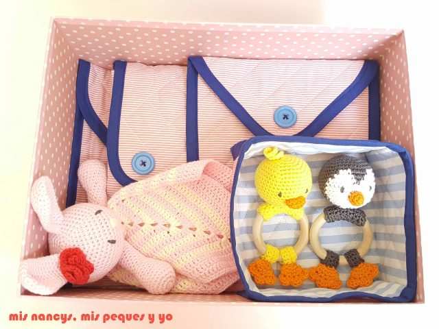 mis nancys, mis peques y yo, conjunto de cambiador para bebe y bolsitas tipo sobre, caja de regalo con sonajero amigurumi y mantita de apego