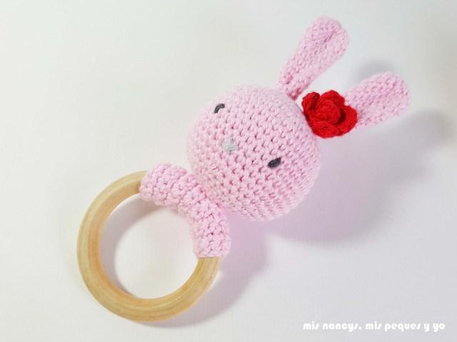 mis nancys, mis peques y yo, sonajero mordedor amigurumi osito y conejita, patrón gratis, conejita con flor en la oreja