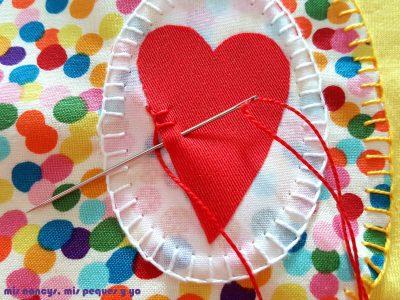 mis nancys, mis peques y yo, tutorial como personalizar camisetas, aplique de manzana, coser punto feston corazon