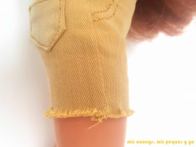 mis nancys, mis peques y yo, tutorial pantalón corto para Nancy, modelo short vaquero deshilachado, reforzar costura inferior