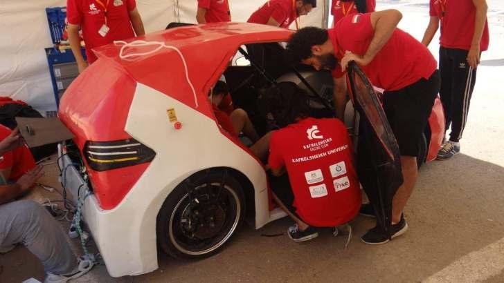 الفريق أثناء تصنيع السيارة