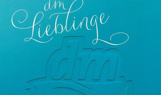 """Vorderseite der Karte die den """"DM-Lieblingen"""" beiliegt; Copyright: DM"""