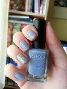Kiko 'Cornflower' mit L'oréal 'Carat' am Ringfinger