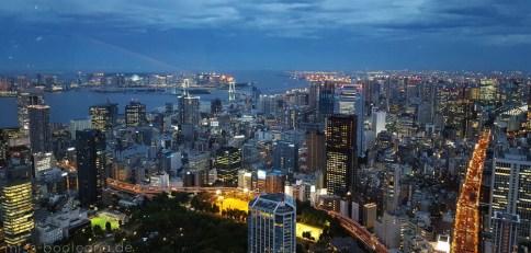 Blick vom Tokyo Tower - hinten rechts sieht man Odaiba und die Rainbow Bridge