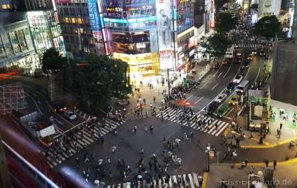 Die Shibuya Kreuzung bei Nacht vom Kaufhaus Magnet aus gesehen