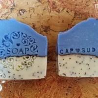 [:fr]Savon bicolore au graines de pavot et huile d'olive[:de]Seife mit Mohn und Olivenöl[:]