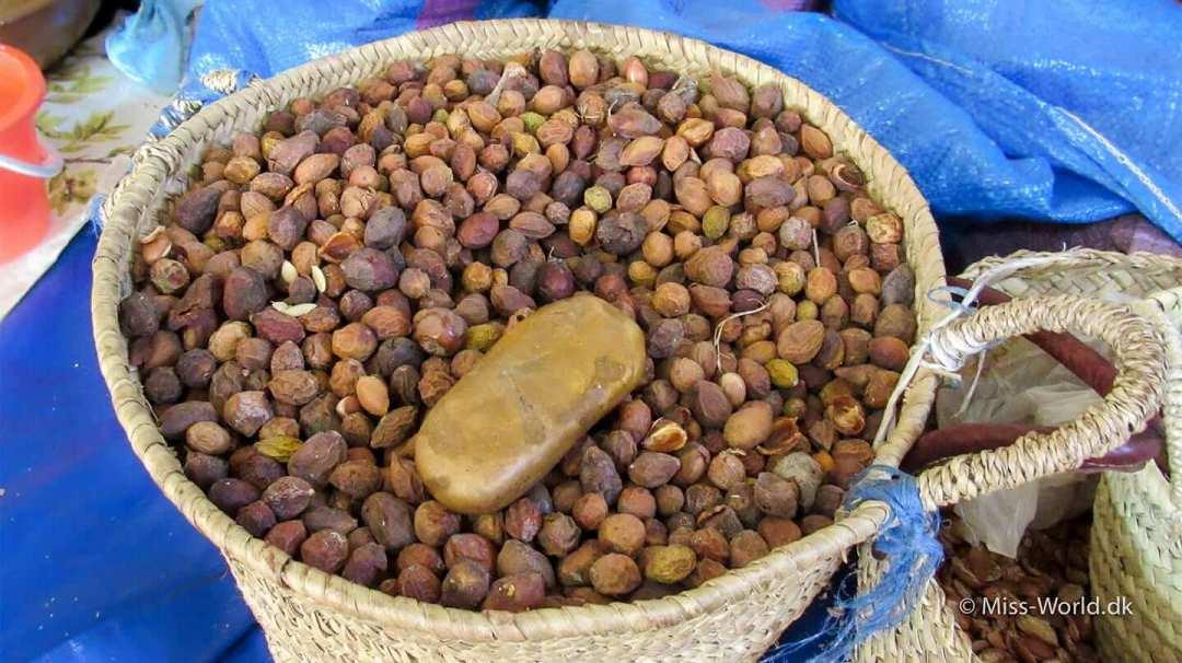 Kurv med argan nødder Marokko