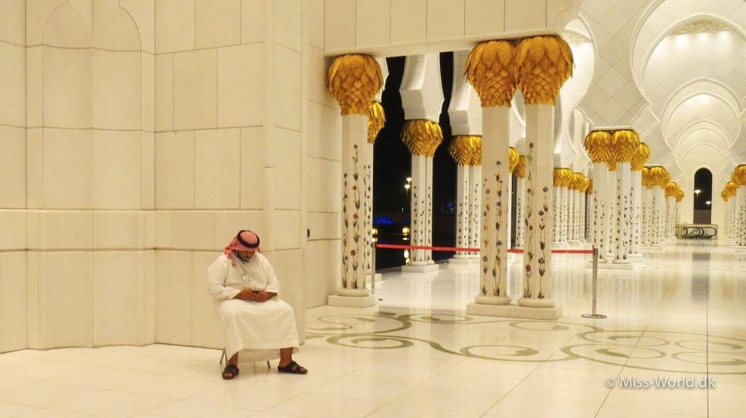 Sheikh Zayed Mosque Abu Dhabi - Sheikh with iPhone