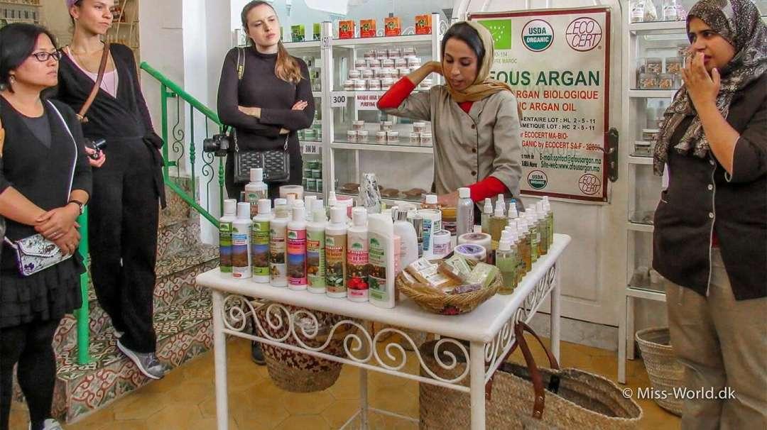 Demonstration af forskellige argan produkter