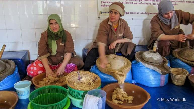 Fremstilling af argan olie, alt foregår ved håndkraft. Kvinderne demonstrerer trin for trin hvordan argan olien bliver fremstillet