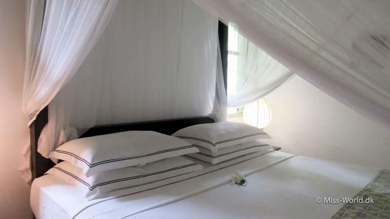 Når man sover under et myggenet, skal det stoppes godt ind under madrassen.