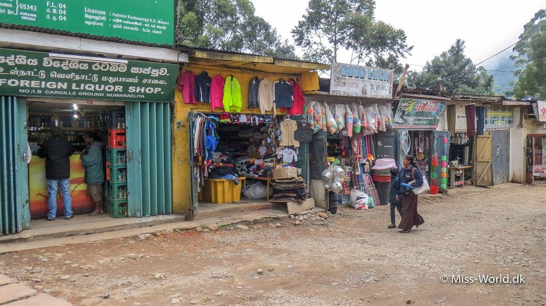 Nuwara Eliya er bl.a. kendt for at sælge varmt tøj og vinterjakker, men butikkerne ligner ikke dem vi kender hjemme fra Danmark