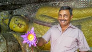Privat guide og chauffør i Sri Lanka – Lal Antony fra www.FernandoTours.org er yderst behageligt selskab. Vi havde det så sjovt at ingen af os der tænkte på, at man selvfølgelig ikke må fotografere en person med ryggen til en buddhastatue. Ups!