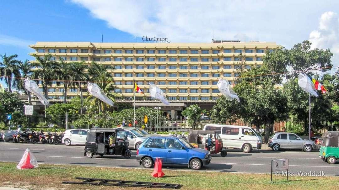 Cinnamon Colombo - Vesak Festival. Lanterner og buddhistiske flag foran hotellet, Cinnamon Grand i Colombo