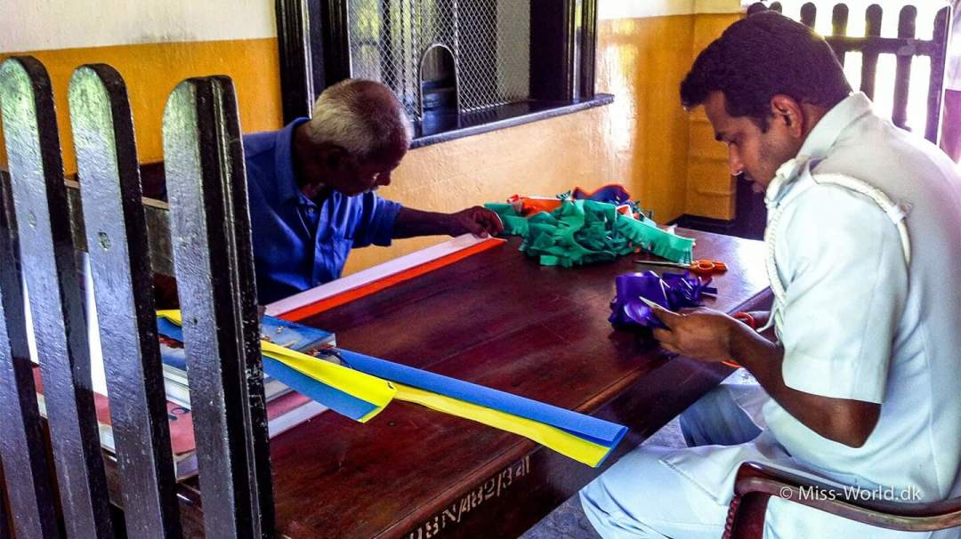 Vesak Ella Railway Station Sri Lanka.  Her er det stationsforstanderen i Ella og en af hans venner, der har travlt med vesak-forberedelserne i 2013. Så jeg måtte lige vente lidt før jeg kunne købe min togbillet