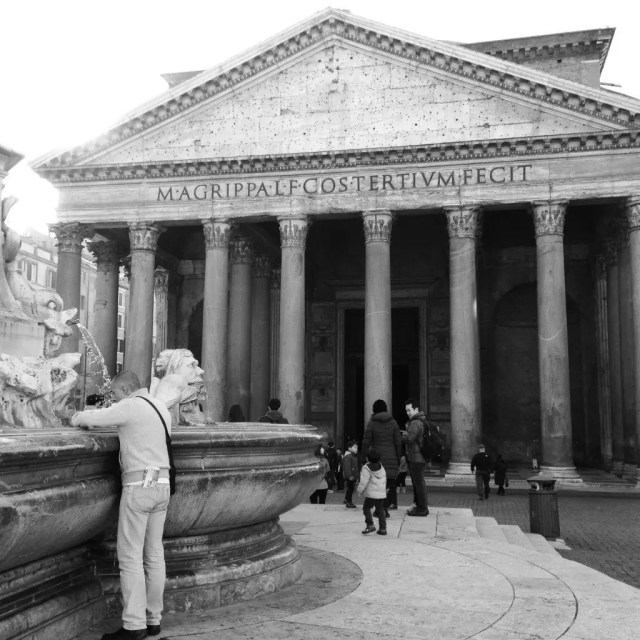 Clandestine coin collection in front of the Pantheon