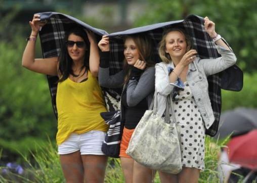 4018424231-spectators-shield-themselves-rain-wimbledon-tennis-championships-london