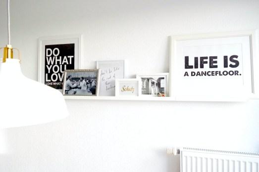 Collage Wand Gestaltung Wohnzimmer Bilderleiste Ikea Rahmen Depot Bilder Sprüche Fotos Schwarz Weiß Interieur Blog Lifestyle