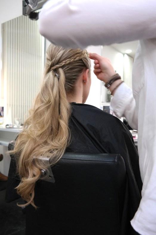 Hair and Beauty Hagemann MissBonneBonne Silvesterfrisur geflochten hochsteckfrisur locken glatte Haare Weihnachten Festtagsfrisur Abiball Ball Galafrisur Hochsteckfrisur Friseur Bonn LaBiosthetique Glätteisen