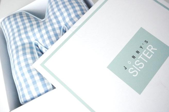 Namenskissen Buchstabenkissen hellblau kariert babybundles bonn geschenk neugeborenes baby kind idee mamablog