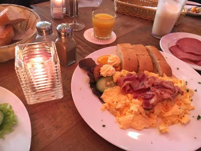 Pendel Bonn frühstücken gehen Friedensplatz MissBonneBonne Blog Lifestyle Tipp Rührei Sonntag