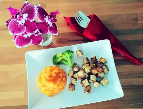 Süsskartoffelstampf mit gebratenem Tofu Broccoli