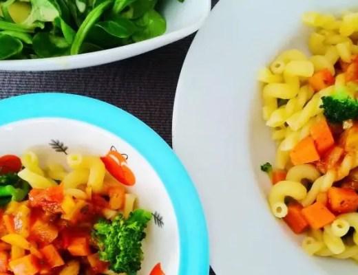 Pasta mit Gemüsesauce und Broccoli