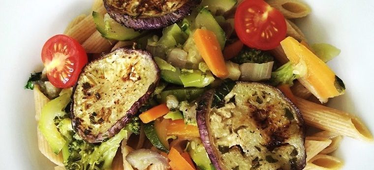 Mediterrane Gemüsepasta mit gebratener Aubergine