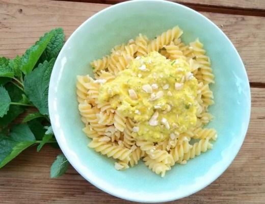 Gelbes veganes Peperoni-Pesto in Teller, Cashew, Paprika, vegan