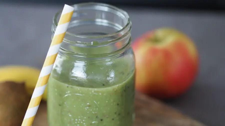 grüner smoothie green kiwi apfel banane gerstengras spinat gesund vitamine kind familie winter rezept foodblog