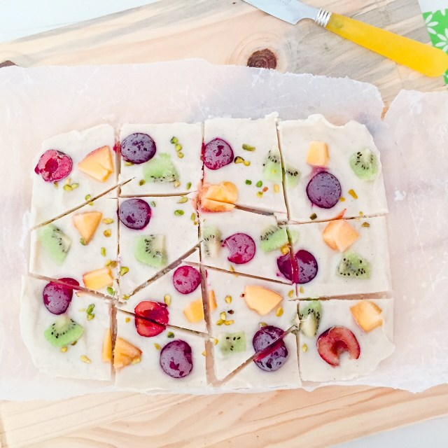 Frozen yogurt bark alla frutta a pezzi dall'alto