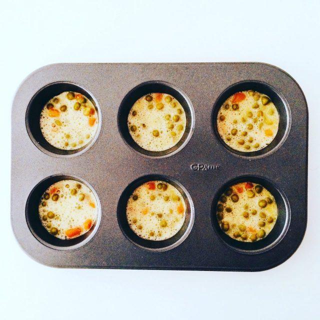 Frittatine al forno in stampo da muffin crude