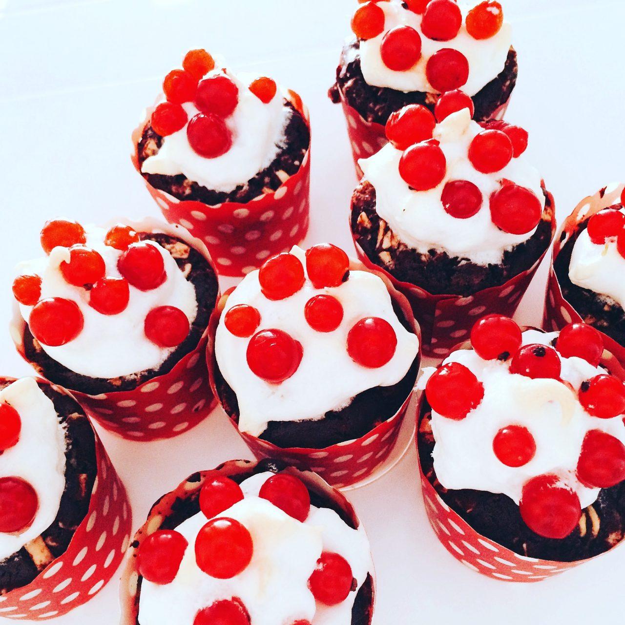 muffin al cioccolato, meringa e ribes