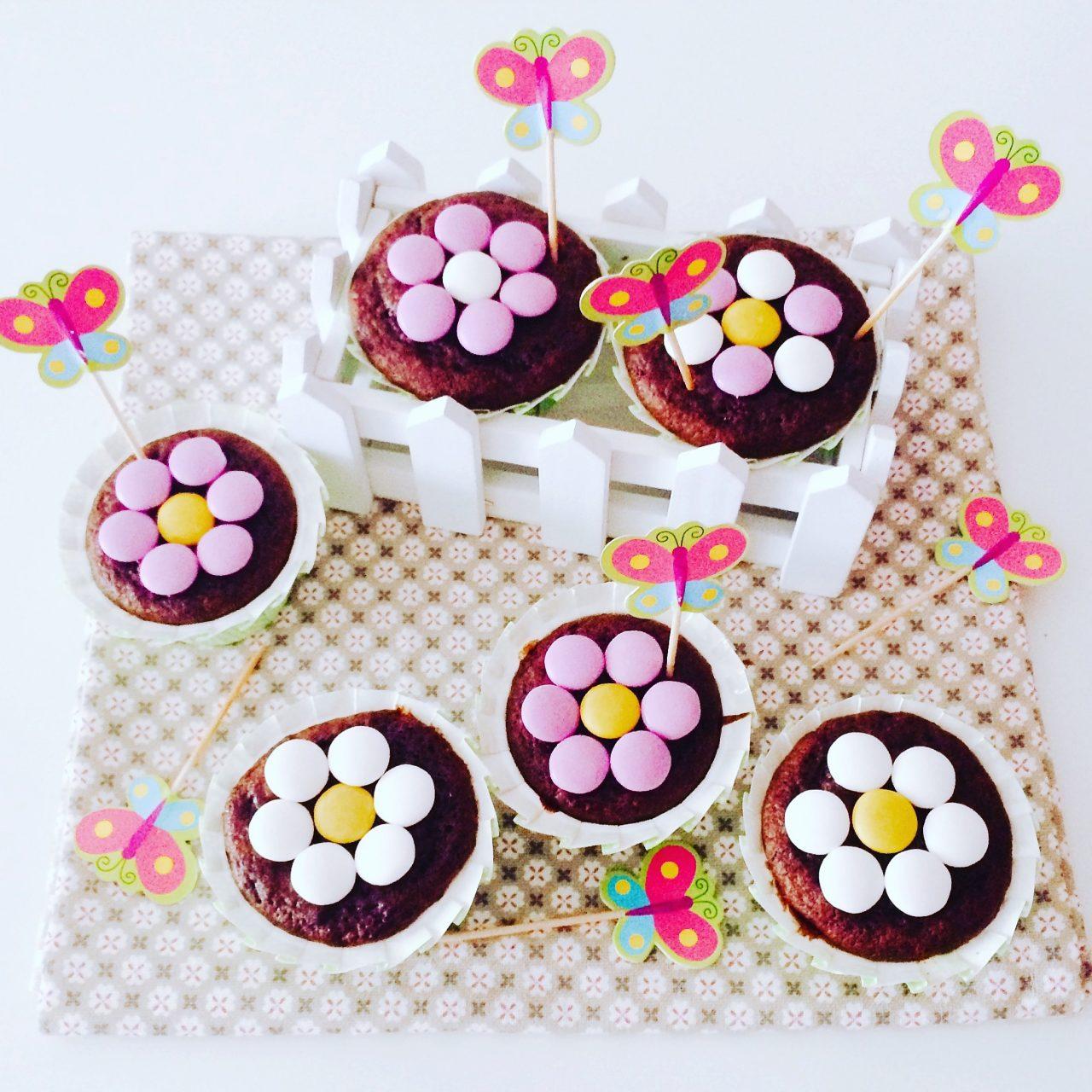 Muffin al cacao con cuore di marmellata e smarties