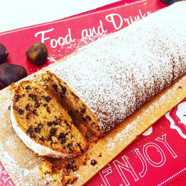 Plumcake con farina di castagne, cioccolato e frutta secca su tagliere