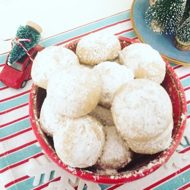 Snowball cookie in tazza rossa