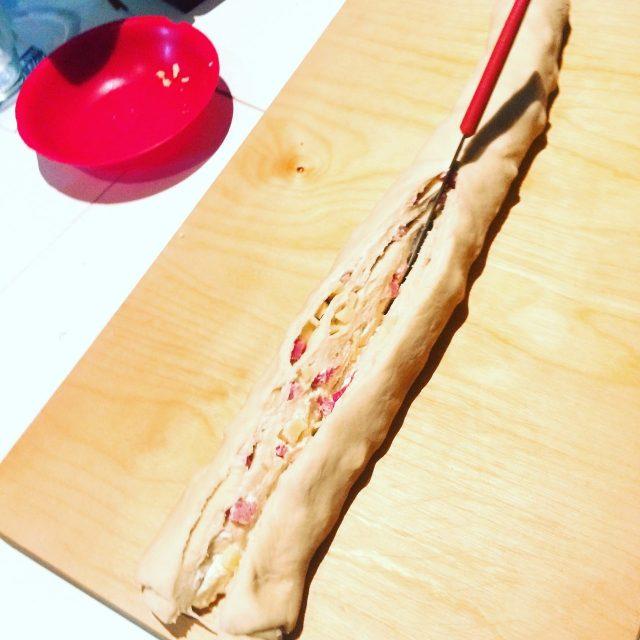 Ghirlanda di pane salata e lievitata_arrotolata