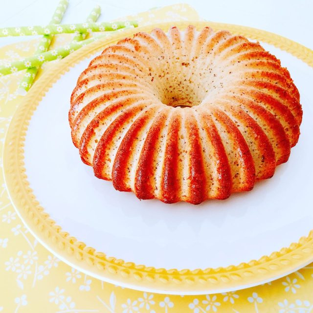 Torta pan di limone con semi di papavero su piatto