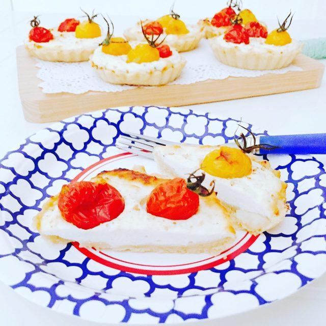 Tartellette semidolci ricotta yogurt e pomodorini a metà