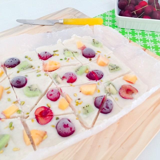 Frozen yogurt bark alla frutta a pezzi