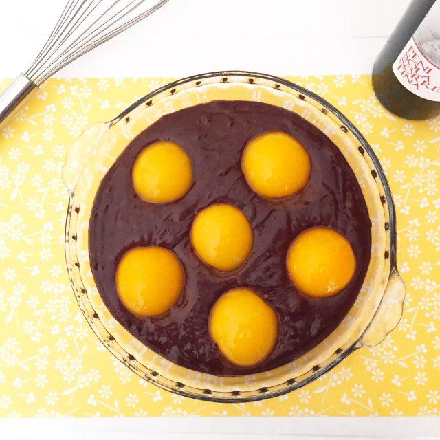 Torta al cioccolato con vino e percoche da cuocere