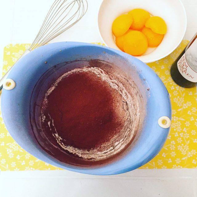 Torta al cioccolato con vino e percoche preparazione