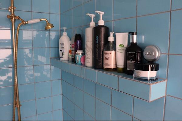 Indbygningshylde til alle vores produkter i badeområdet. Meget mere praktisk løsning end en metal holder.