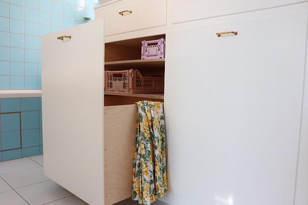 Indbygget vasketøjskurv. Det var den perfekte udnyttelse af pladsen under skråvæggen og så slipper man for at den står og roder midt i baderummet.