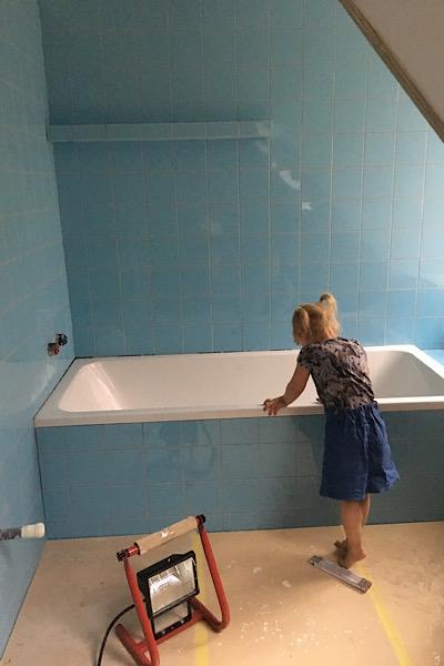 Indbygnings badekar i vores retro badeværelse