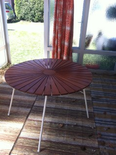 Ein wunderschöner alter Tisch unter kommt unter einer furchtbaren Plastik-Tischdecke zum Vorschein.