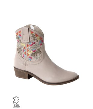 botas-de-cuero-bordado-arena-604541_photo