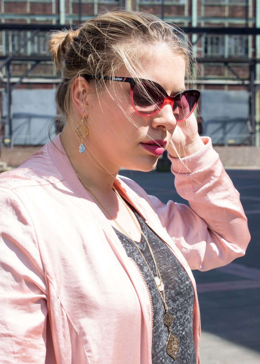missesviolet-fashion-outfit-pinke-bomberjacke-und-nike-air-max-thea-mit-rock-1