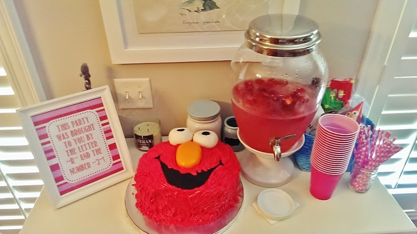 Pink & Red Elmo Birthday Party Decor with Elmo Face Cake| missfrugalfancypants.com